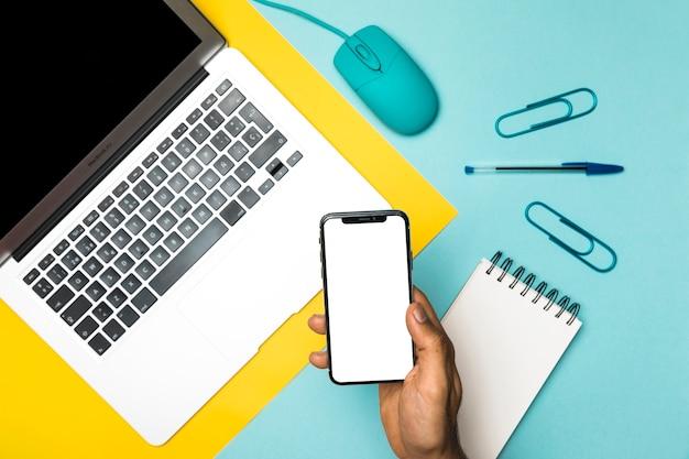 Concetto di desktop vista dall'alto con smartphone mockup Foto Gratuite