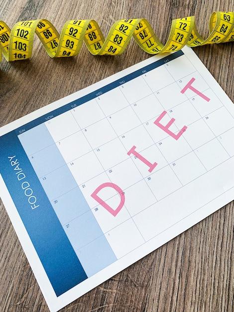 Concetto di dieta, nastro di misurazione e dieta Foto Premium
