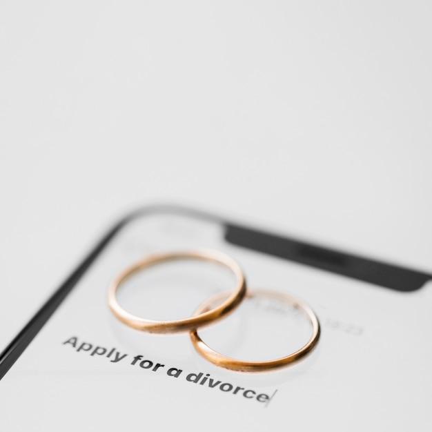 Concetto di divorzio con il telefono Foto Gratuite