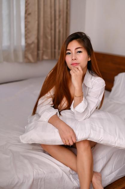 Concetto di donne sexy. sexy ragazze asiatiche stanno giocando in camera da letto. Foto Premium