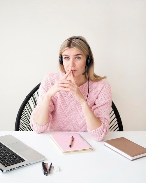 Concetto di e-learning di pensiero della donna di alta vista Foto Gratuite