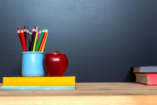 Concetto di educazione. pensils colorati su sfondo di lavagna. Foto Premium