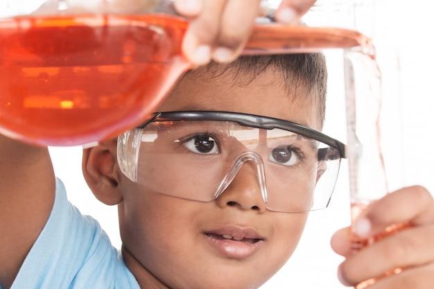 Concetto di educazione scientifica, bambini asiatici e esperimenti scientifici Foto Premium