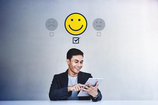 Concetto di esperienza del cliente. uomo d'affari che dà la sua recensione positiva nel sondaggio online di soddisfazione Foto Premium