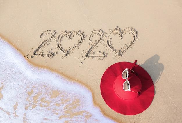 Concetto di estate con cappello, occhiali da sole sulla spiaggia di sabbia. pattaya, tailandia. Foto Premium