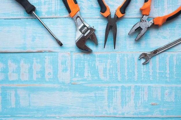 Concetto di festa del lavoro. strumenti di costruzione su superficie di legno blu. Foto Premium