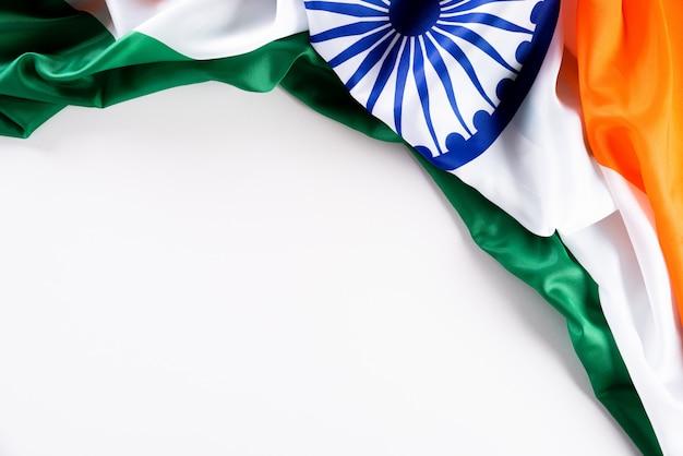 Concetto di festa della repubblica indiana. bandiera indiana contro bianco Foto Premium
