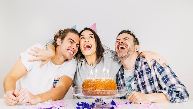 Concetto di festa di compleanno con amici felici Foto Gratuite
