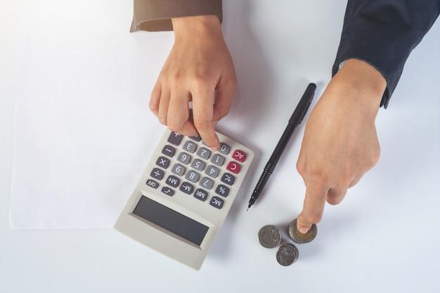 Concetto di finanza e contabilità. donna d'affari, lavorando sulla scrivania Foto Gratuite