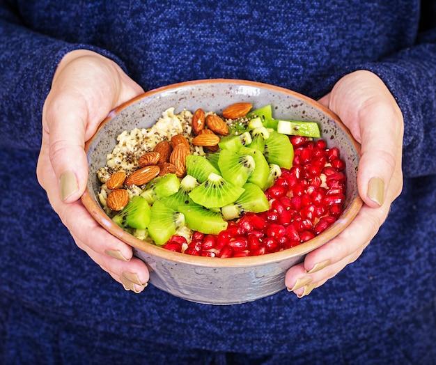 Concetto di fitness e stile di vita sano. femmina che mangia una farina d'avena sana dopo un allenamento. Foto Gratuite