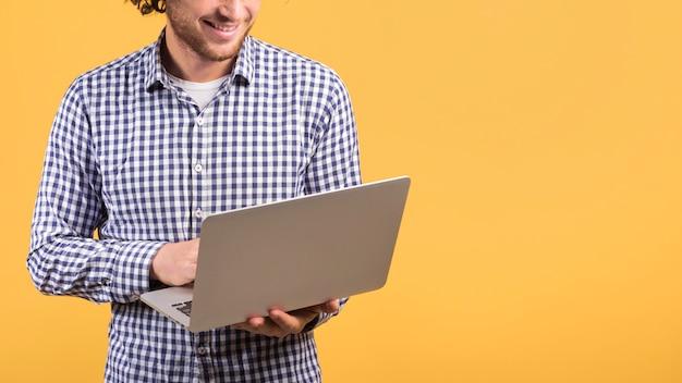 Concetto di freelance con uomo in piedi usando il portatile Foto Gratuite