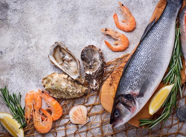 Concetto di frutti di mare pesce, gamberetti e ostriche. Foto Premium