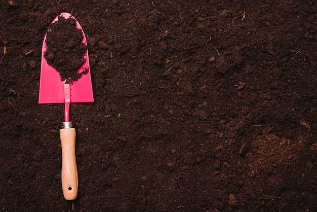 Concetto di giardinaggio con pala sul terreno Foto Gratuite