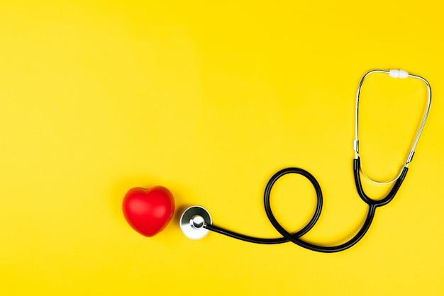 Concetto di giornata mondiale della salute assicurazione sanitaria con cuore rosso e stetoscopio Foto Premium
