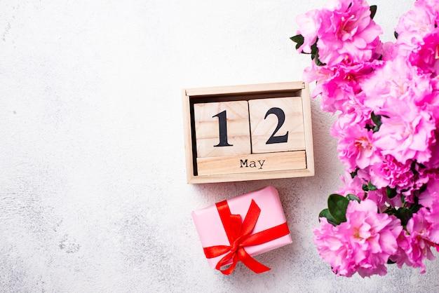 Concetto di giorno di madri con calendario e fiori Foto Premium