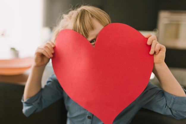 Concetto di giorno di madri con cuore di carta Foto Gratuite