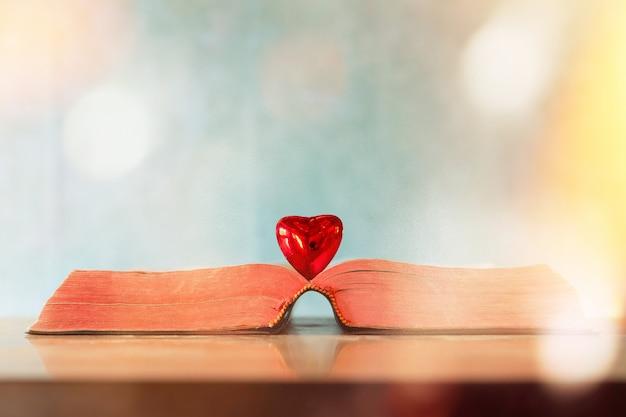 Concetto di giorno di san valentino. cuore del libro. biglietti d'auguri. Foto Gratuite