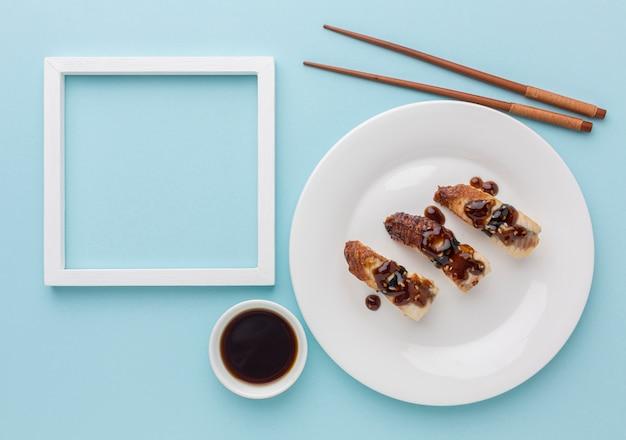 Concetto di giorno di sushi vista dall'alto con salsa di soia e le bacchette Foto Gratuite