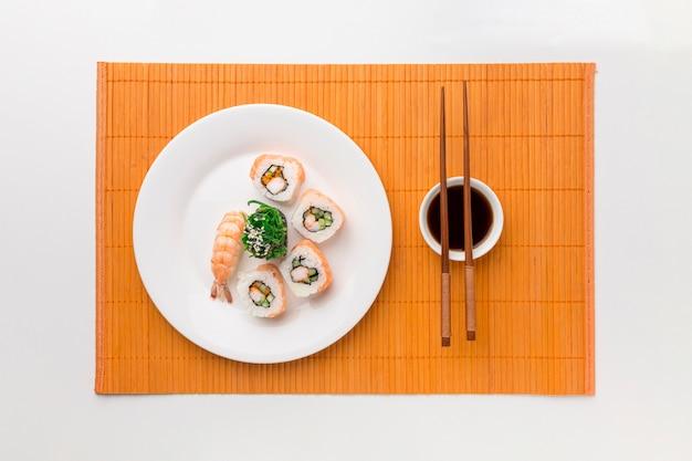 Concetto di giorno di sushi vista dall'alto con salsa di soia Foto Gratuite