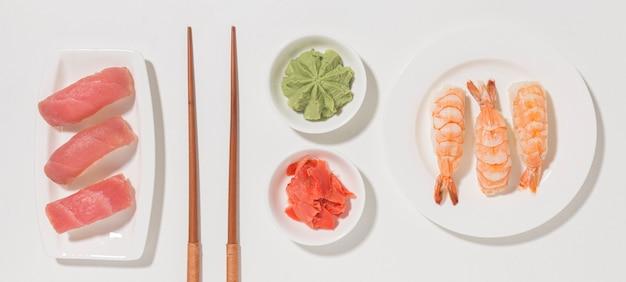 Concetto di giorno di sushi vista dall'alto con wasabi Foto Gratuite