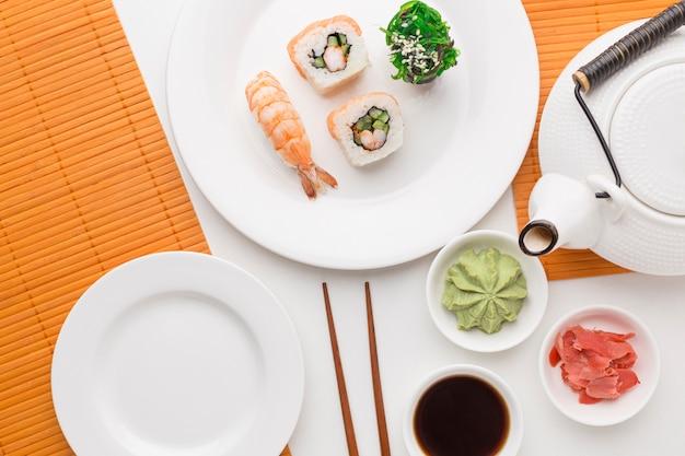 Concetto di giorno di sushi vista dall'alto sul tavolo Foto Gratuite