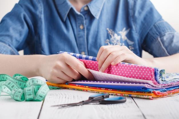 Concetto di laboratorio di sartoria, creatività e cucito Foto Premium