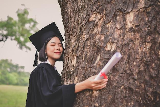 Concetto di laurea. studenti laureati il giorno della laurea. Foto Premium