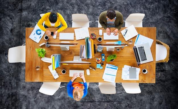 Concetto di lavoro del posto di lavoro dell'ufficio dell'uomo d'affari Foto Premium