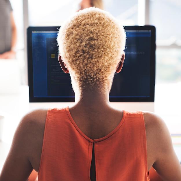 Concetto di lavoro del posto di lavoro della donna africana del programmatore Foto Premium