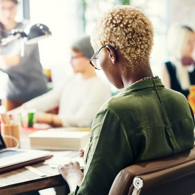 Concetto di lavoro del posto di lavoro di brainstorming di origine africana Foto Premium