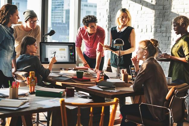 Concetto di lavoro sul luogo di lavoro di brainstorming di origine africana Foto Premium