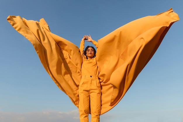 Concetto di libertà con il panno della tenuta della donna in natura Foto Gratuite