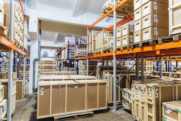 Concetto di logistica, industria, spedizione, stoccaggio e produzione. scatole di carico sugli scaffali in magazzino Foto Premium