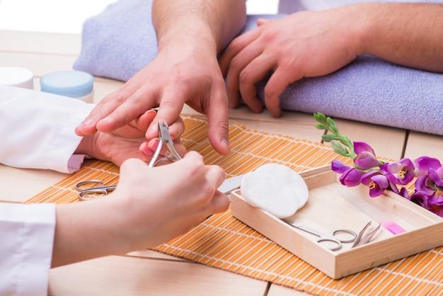 Concetto di manicure a mano per uomo Foto Premium