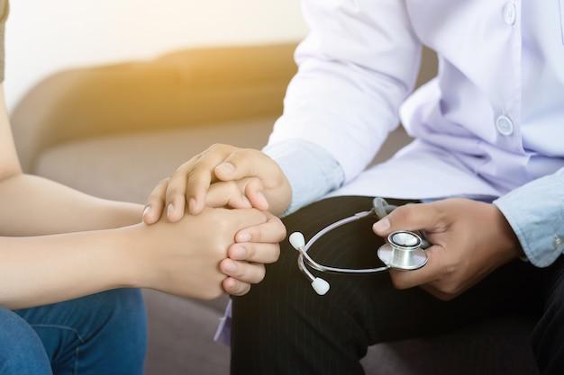 Concetto di medicina e assistenza sanitaria paziente femminile di parkinson e alzheimer Foto Premium