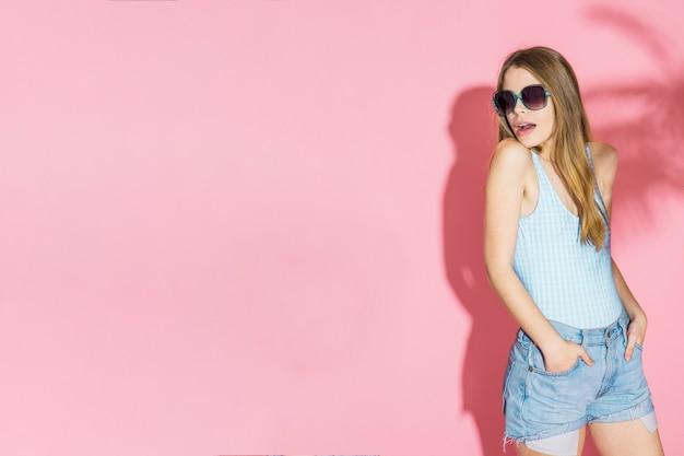 Concetto di modello con copyspace e ragazza che indossa occhiali da sole Foto Gratuite