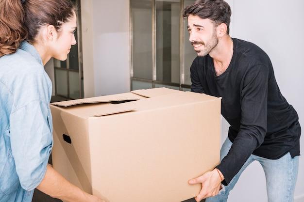 Concetto di movimento con la scatola della holding delle coppie Foto Gratuite