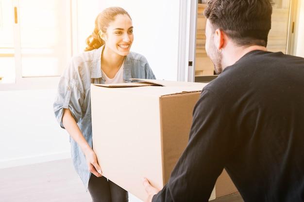 Concetto di movimento con scatola di trasporto di coppia Foto Gratuite