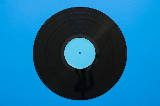 Concetto di musica vintage con vinile su sfondo blu Foto Gratuite