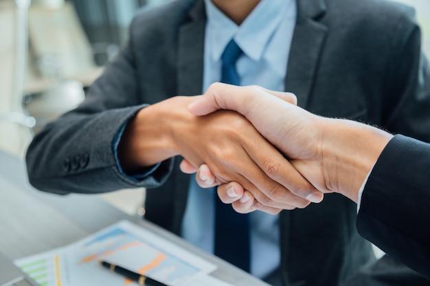 Concetto di partnership - business partner handshake leadership imprenditoriale di successo. Foto Premium