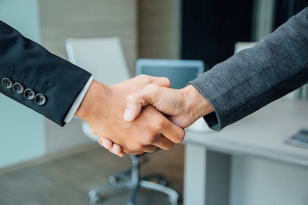 Concetto di partnership - business partner handshake leadership imprenditoriale di successo. Foto Premium