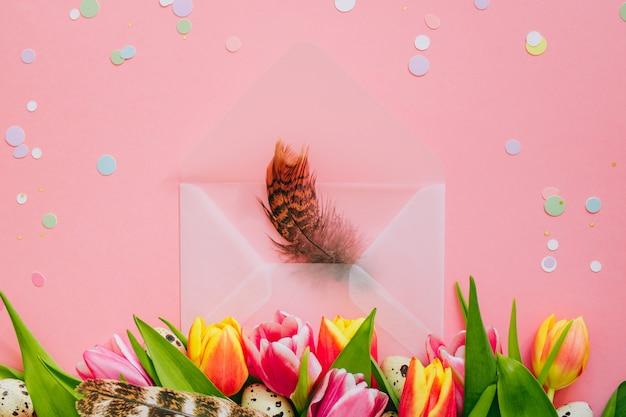 Concetto Di Pasqua Confetti E Aperta Busta Opaca Con Piume