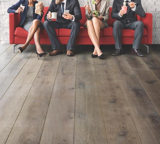 Concetto di pausa pranzo mangiare pranzo business team Foto Premium