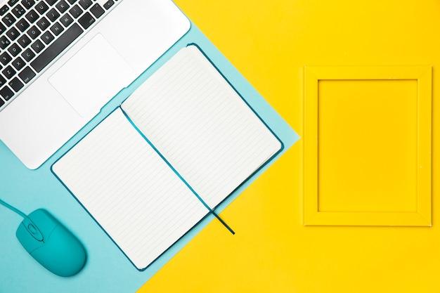 Concetto di piatto laico scrivania con cornice gialla Foto Gratuite