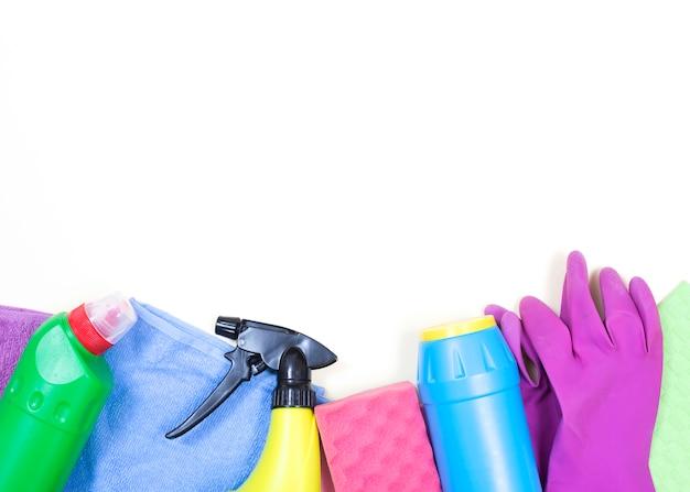 Concetto di pulizie con prodotti per la pulizia Foto Gratuite