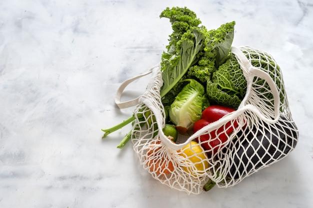 Concetto di rifiuti zero. verdure e cereali in sacchi a rete Foto Premium