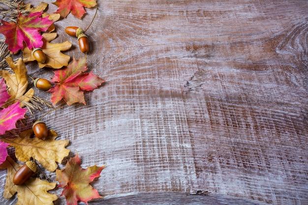 Concetto di ringraziamento con ghianda e foglie di autunno su fondo di legno Foto Premium