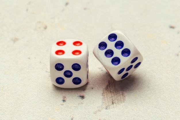 Concetto di rischio - giocare a dadi Foto Premium