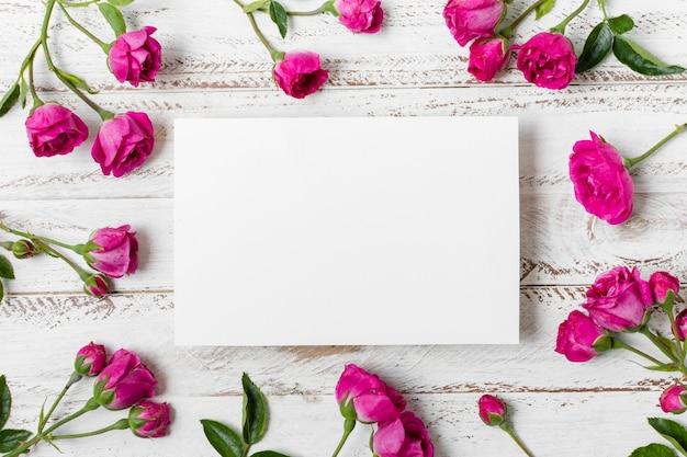 Concetto di rose rosa vista dall'alto sul tavolo Foto Gratuite