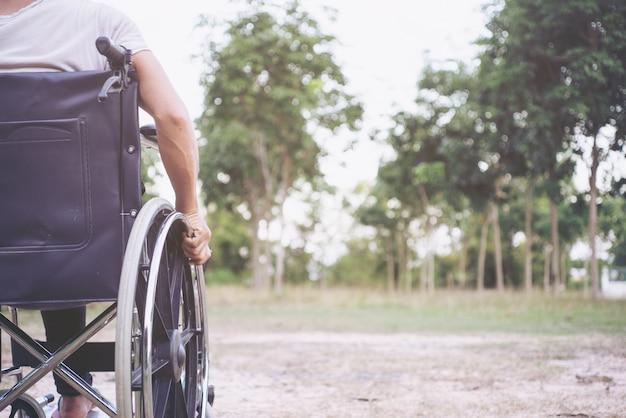 Concetto di salute di handicap di paralisi di disabilità della malattia. gambe della persona disabile fuoco selettivo Foto Premium